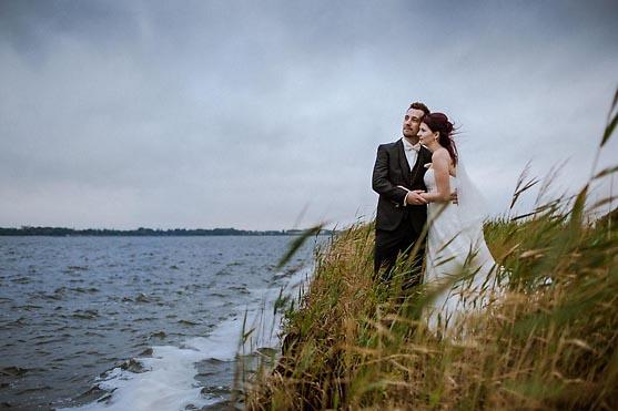 Hochzeit in Stralsund im Standesamt Rathaus und Hochzeitsfeier im Strandhaus auf Altefaehr Hochzeitsfotograf © www.henninghattendorf.de