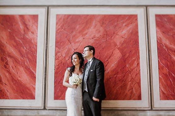 Hochzeit im Saaeulensaal im Standesamt Rotes Rathaus in Berlin Hochzeitsfotograf © www.henninghattendorf.de